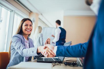 Apretón ed manos final para externalizar proceso de seleccion de personal
