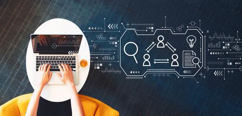 Persona utlizando ordenador para hacer reclutamiento con ilustración explicando el proceso
