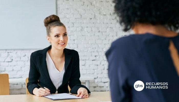 Mujer hablando sobre como ser un buen reclutador