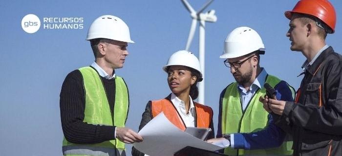 Trabajadores hablando del empleo en energías renovables