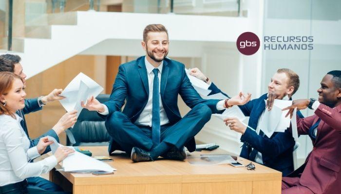 Trabajadores haciendo actividad de wellness corporativo