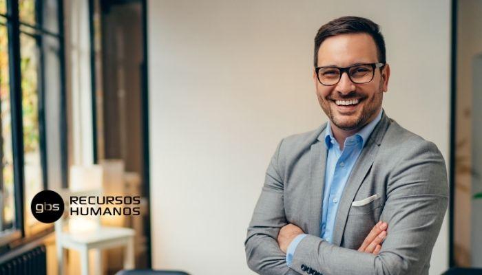 Director comercial sonriendo